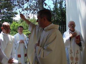 ... da la bendición a la placa del Seminario San Carlos  de filosofía.