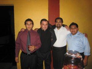 el padre Fer junto a su secretario Juan (camisa blanca) y otros muchachos