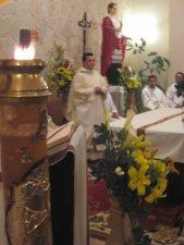 celebrando entorno al altar como una gran familia