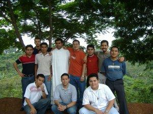 Padre Ernesto con los seminaristas que estuvieron en las Piñas.