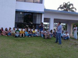 Jóves y niños atentos a las pláticas.<br />