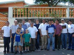 Algunas personas que apoyaron a los seminaristas.