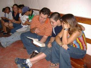 Guillermo compartiendo la palabra de Dios con algunos niños y jovenes.