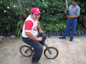 ¡Victor!, no vayas a romper esa bicicleta.
