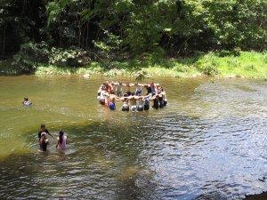 También hubo momentos de diversión, En el rio se divirten...