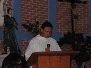 Uno de nuestros seminaristas lee el Evangelio...