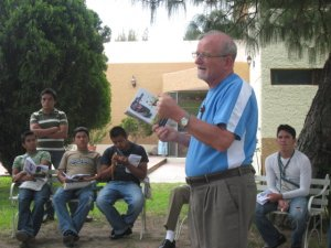 El P. Román nos habla de la historia de su vocación... y nos invita a arriesgarnos por Cristo