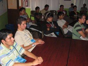 Los jóvenes atentos y reconociendo en su propia experiencia los desafíos mencionados por P. Fernando.