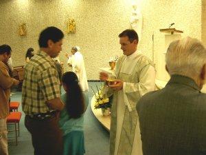 El repartir la Comunión, otra tarea del Diaconado.
