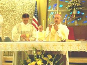 Una vez terminado el Rito de la Ordenación Diaconal, Leandro asumió su tarea y ayudó en el Altar.