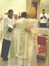 El Abrazo de Paz del Obispo Sabatini, cs a Leandro.