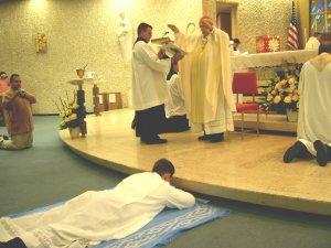 Después de la Letanía de los Santos y Santas, el Obispo hace una oración sobre Leandro invocando al Espíritu Santo.
