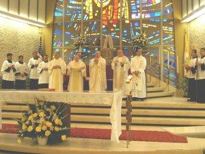 Con mucho entusiasmo y en un clima de celebración, comenzó la Eucaristía en la que Leandro fue ordenado Diácono en manos del Obispo Lawrence Sabatini, cs.