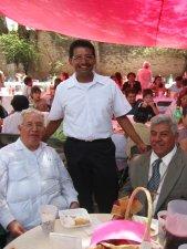 Padre Enrique entre el señor Cura y su brazo derecho.