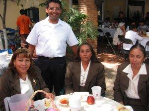 El Padre Enrique entre unas integrantes del Grupo de Liturgia de la Parroquia.