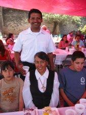 El Padre Enrique con dos adolescentes y la Señora encargada de la Catequesis de la Parroquia.