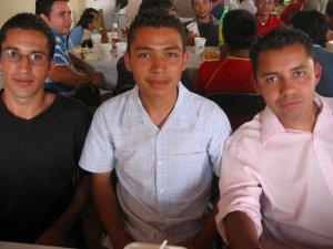 """El JSF Abraham entres dos """"santos"""" seminaristas: Juan Manuel y Rodrigo."""