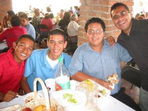 Un emigrante de Honduras, un JSF y un seminarista.