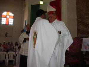 El Obispo dio el abrazo de paz al Padre Enrique...