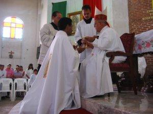 """Entrega del cáliz y la patena.<br /> """"Recibe la ofrenda del pueblo santo para presentarla a Dios..."""