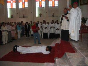 El Obispo invoca la abundancia de los dones divinos sobre Enrique.