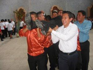 """Los jóvenes de la Banda Musical dieron la """"vuelta olímpica"""", cargando al Padre Héctor."""
