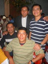 El Padre Héctor con unos ex compañeros de Seminario.
