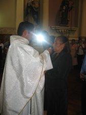 El Padre Héctor da la Comunión a su Madre, la Señora Francisca.