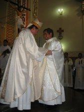 El Señor Obispo da al Padre Héctor...