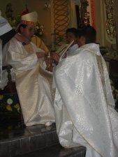 El Señor Obispo entrega al Padre Héctor le Cáliz y la Patena para la Celebración Eucarística.