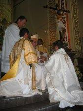 El Señor Obispo unge la manos del Padre Héctor.