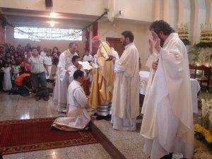 La oración consecratoria pide a Dios de elevarlo al Segundo Orden el de los Presbiteros.