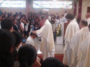 Los presbiteros presentes, también, invocan sobre el elegido los dones del Espíritu Santo