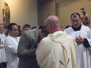 besandole a su vez las manos en Señal de veneración a su nuevo Orden