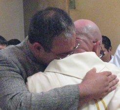 y su hermano en nombre de la familia lo estrecho en sus brazos, recibiendo el don de Dios para su familia