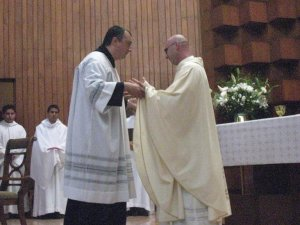 y viene acogido y felicitado por todos los presbiteros presentes, este fue un momento muy emocionante las lágrimas hicieron su presencia