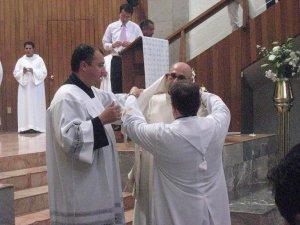 Sus padrinos P. Miguel y P. Giovanni lo revisten con los ornamentos sagrados propios de su nuevo orden Sacerdotal