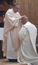 los sacedotes presentes tambien imponen las manos sobre él, aquí el padre Provincial Antonio Tapparello, cs<br />