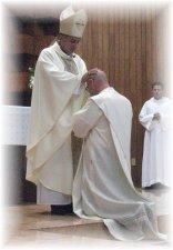 hace la oración consagratoria en la cual recuerda los interventos de Dios y suplica  al Dueño de la mies elevar a este hermano nuestro al orden del presbiterado