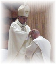 Como sucesor de los Apóstoles, Mons. Jose Leopoldo impone las manos sobre él para trasmitirle el poder prometido por el Señor
