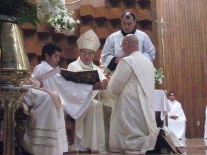le pide obediencia y respeto para el obispo diocesano y su legitimo superior, a lo cual Lorenzo acepta
