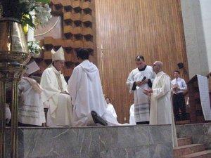 Una vez llamado al candidato y habiéndolo presentado su legítimo superior, el obispo toma acto de su intencion de consagración al ministerio