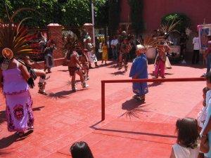 Afuera del Templo Parroquial unos danzantes le dieron colorido y alegría a la fiesta.