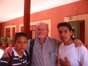 El Padre Román con unos amigos.