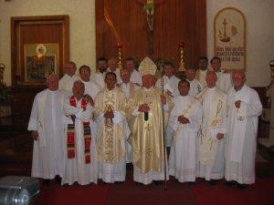 Foto recuerdo del Padre Mauro con el Señor Cardenal y los Padres Concelebrantes.