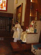 El Padre Mauro mirando al ramillete espiritual que le ofreció la Comunidad Parroquial.