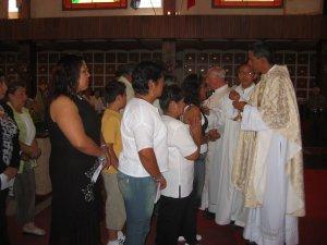 Muchos fieles se acercaron a recibir la Santa Eucaristía.