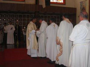 ... y en seguida todos los Padres se acercaron al Padre Mauro...