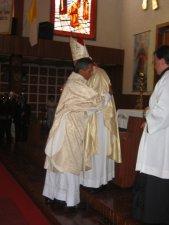 El Señor Cardenal da el abrazo de paz al Padre Mauro...