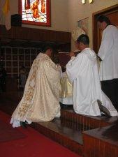 El Señor Cardenal unge las manos del Padre Mauro.